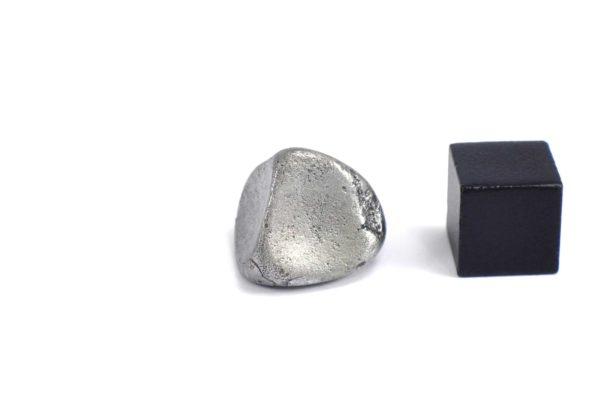 Iron meteorite 9.1 gram wide photography 08
